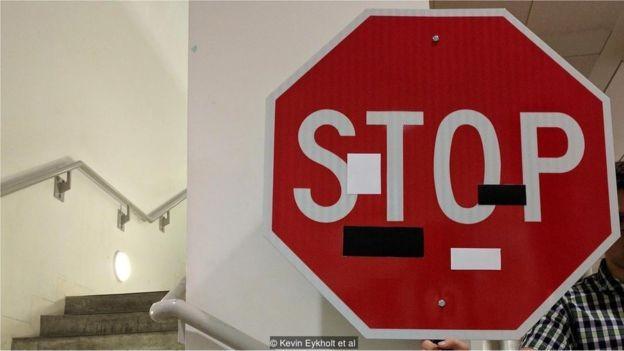 """Adesivos simples em um sinal de """"Pare"""" são suficientes para torná-lo invisível a um algoritmo de visão de máquina (Foto: Kevin Eykholt et al via BBC)"""