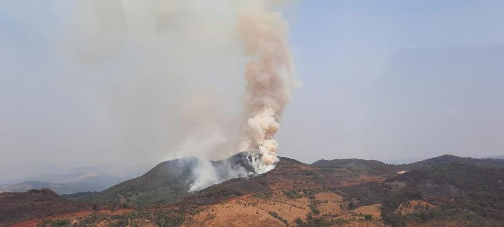 Serra da Farofa, em São Joaquim de Bicas, na Grande BH, pega fogo no início da tarde desta quarta-feira. — Foto: Lucas Franco/ TV Globo