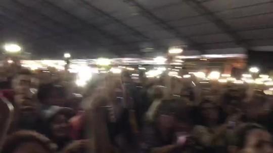 Zezé Di Camargo e Luciano cantam durante apagão na Festa Junina de Votorantim