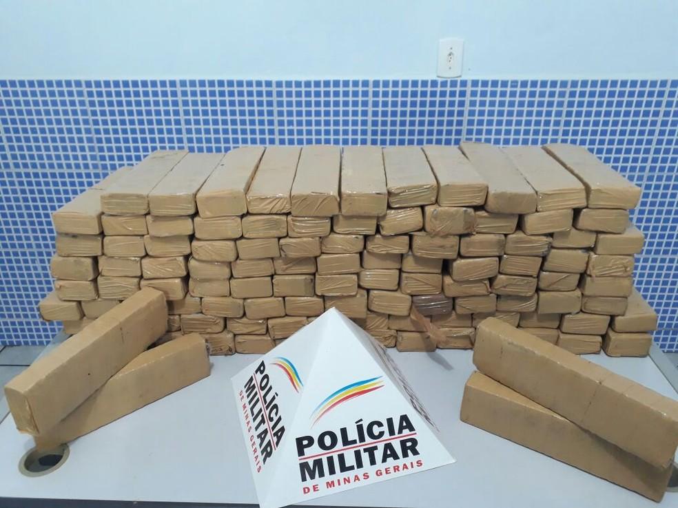 A droga encontrada em Aimorés estava enterrada embaixo de uma árvore e dentro de uma cáixa dágua (Foto: Polícia Militar / Divulgação)