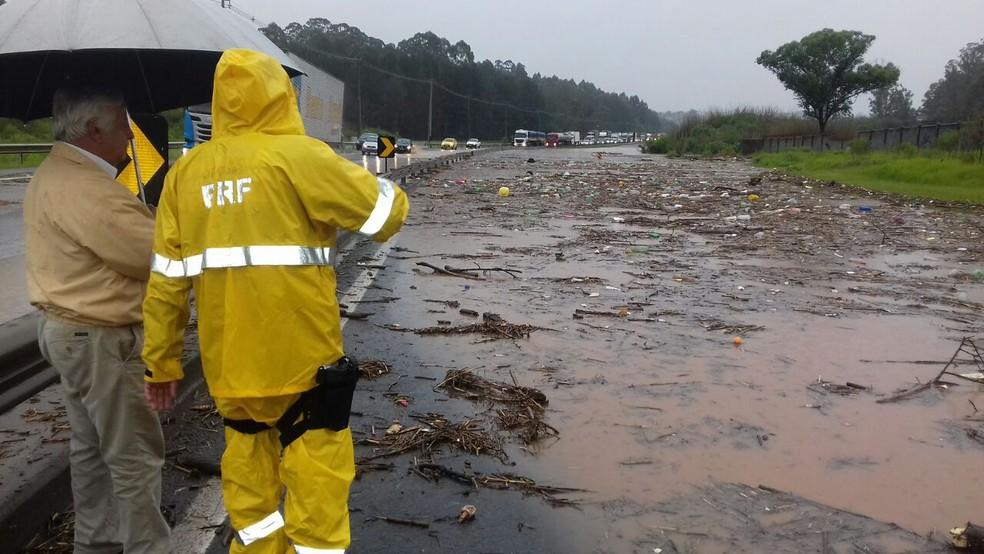 BR-376 foi interditada porque o Rio Ronda transbordou (Foto: Divulgação/PRF)