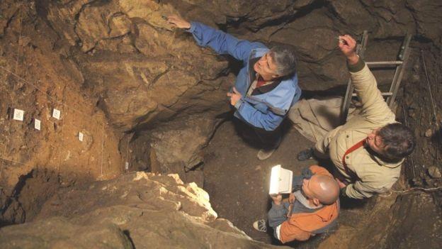 A caverna é o único lugar onde fósseis de neandertais e denisovanos foram encontrados (Foto: B VIOLA, MPI-EVA/BBC)