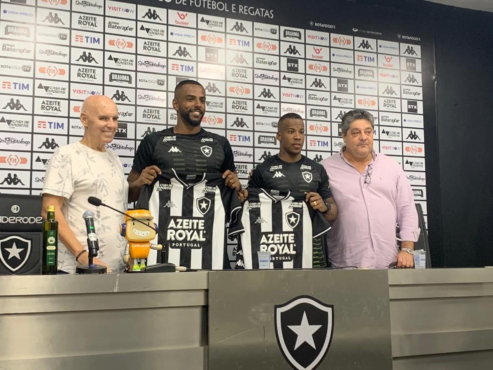 Ruan Renato e Guilherme Santos foram apresentados na tarde desta quinta-feira no Nilton Santos e viajam com a equipe — Foto: Emanuelle Ribeiro/GloboEsporte.com