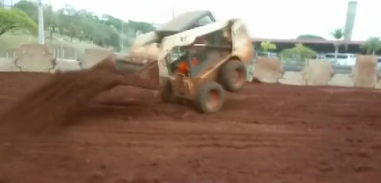 Vídeo mostra operário fazendo manobras com pá carregadeira em canteiro de obra pública de Londrina - Notícias - Plantão Diário