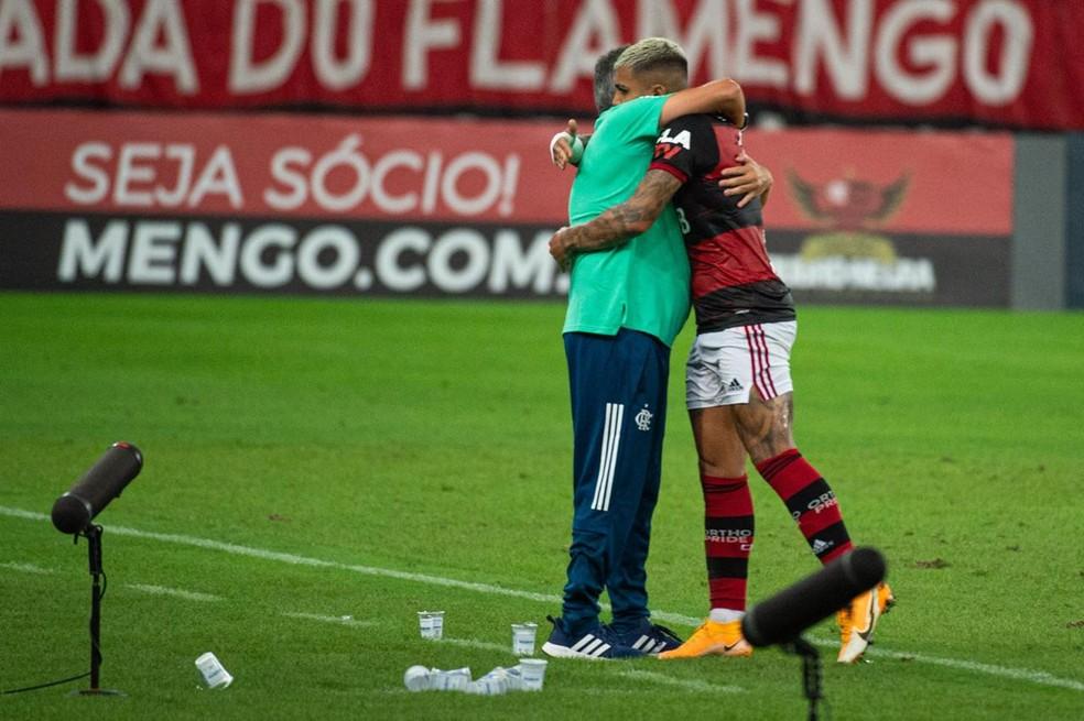 Abraço de Dome e Gabigol após gol no empate com o Grêmio — Foto: Alexandre Vidal / CRF