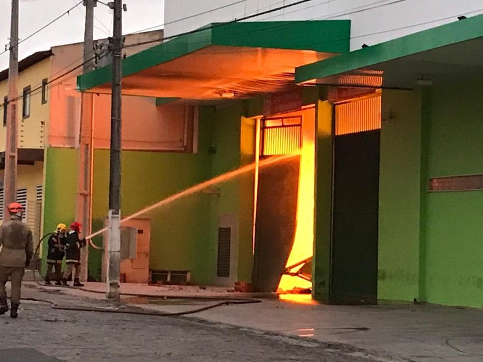Grupo tentou explodir cofre do supermercado e acabou provocando um incêndio, em Campina Grande — Foto: Artur Lira/G1
