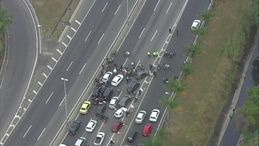 Motoristas aguardam reabertura da Linha Amarela, fechada por causa de operação na Cidade de Deus (Foto: Reprodução/ TV Globo)