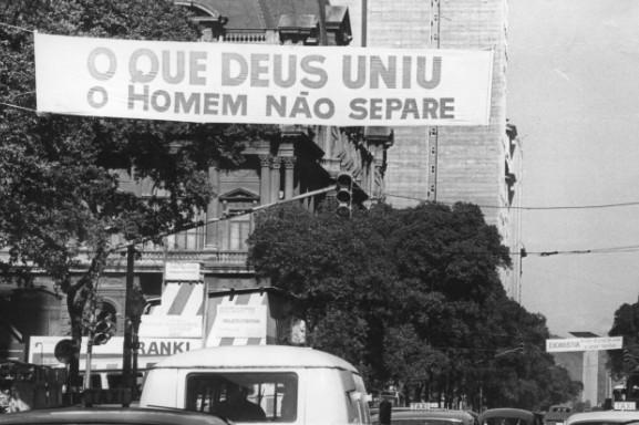 'O que Deus uniu, o homem não separe', diz outra faixa no Centro do Rio
