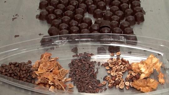 Conheça os chocolates recheados com frutas desidratadas, produzidos em Ibicaraí