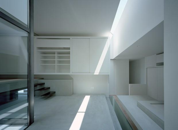 Uma claraboia instalada no chão permite com que a luz transborde entre os pisos. Enquanto isso, outras aberturas estreitas iluminam o ambiente (Foto:  Katsuya Taira/Studio Rem/ Deezen / Reprodução)