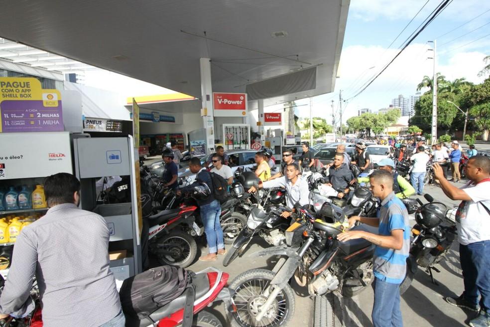Longas filas de carros e motos se formaram para abastecer em postos que ainda possuem combustível nesta quinta-feira (24) (Foto: Marlon Costa/Pernambuco Press)