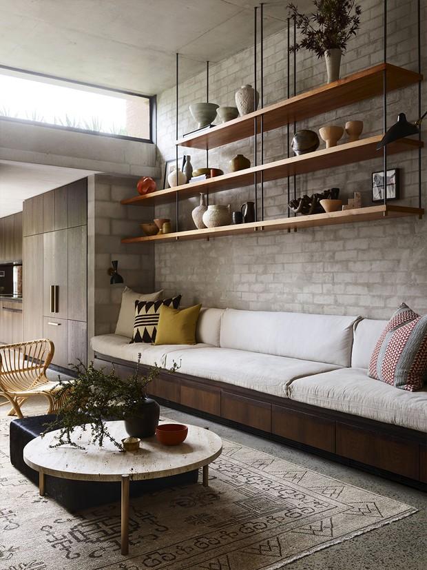 Décor do dia: sala com estante suspensa e parede de tijolinhos (Foto: divulgação)
