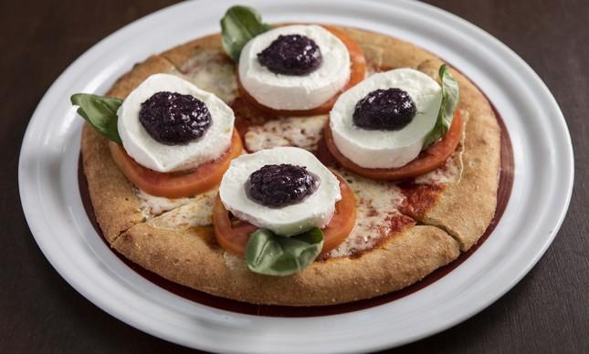 Bráz: pizza caprese na massa sem glúten