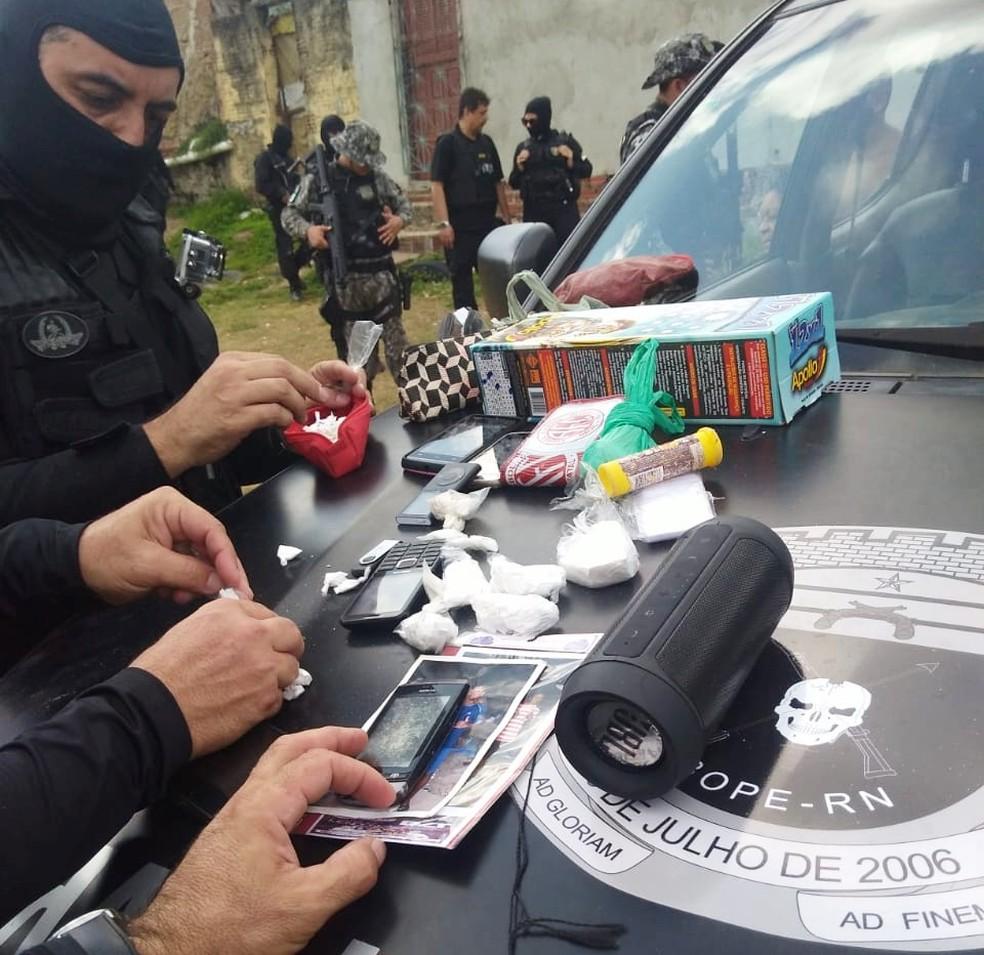 Drogas prontas para a venda foram apreendidas na casa dos suspeitos  — Foto: PM/Divulgação