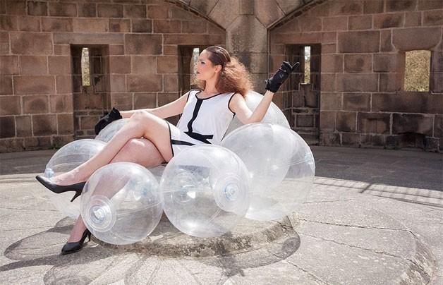 Mulher sentada em cadeira inflável que tem forma de nuvem (Foto: Reprodução)