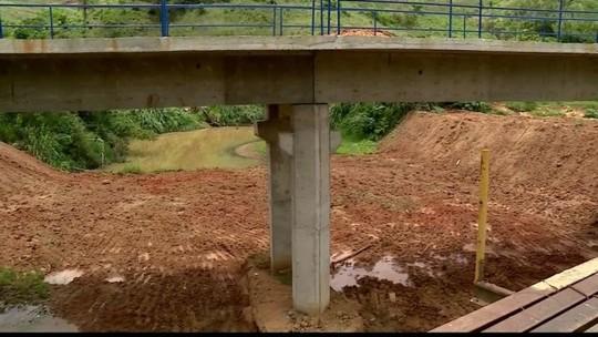 Obra não finalizada de ponte sobre o Rio Santa Joana causa transtornos
