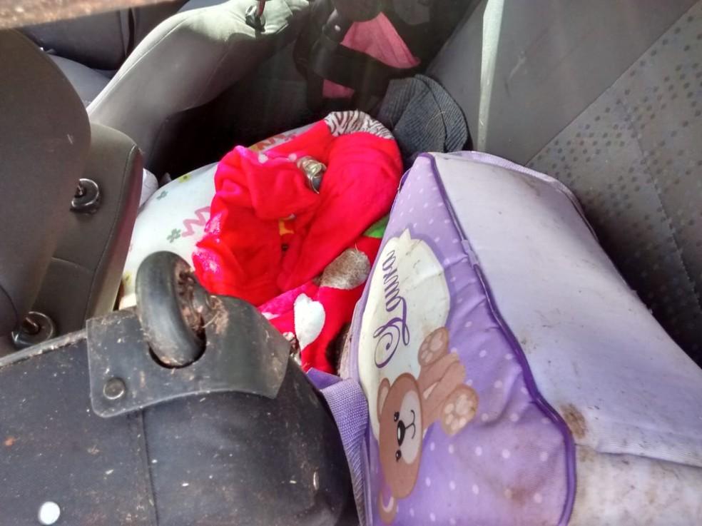 Criança de 3 meses estava na cadeirinha do carro — Foto: Mário Nunes