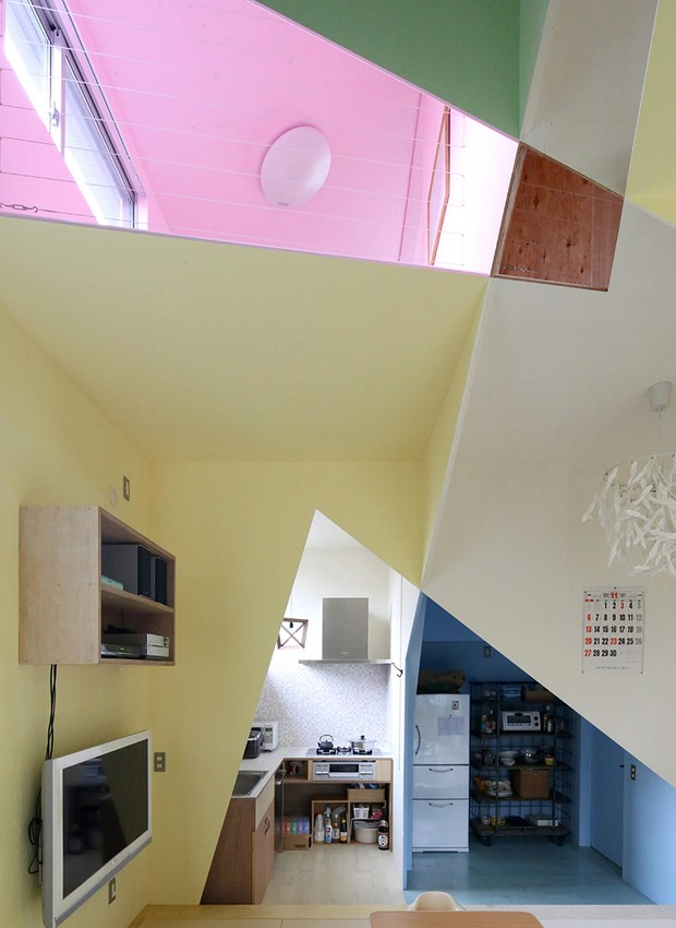 Por fora, a residÊncia da família, onde vivem quatro pessoas, parece uma casa como outra qualquer (Foto: Reprodução)