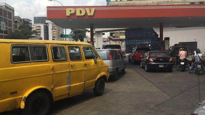 Muitos motoristas não pagam pelo combustível neste posto de gasolina em Caracas (Foto: Reprodução/BBC)