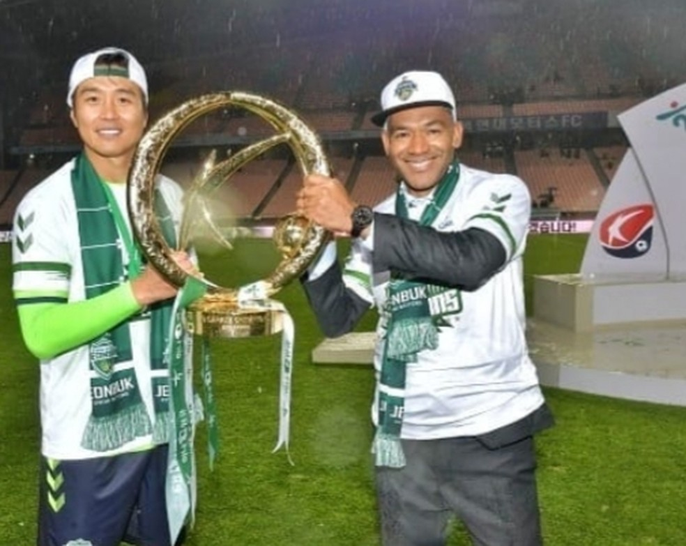 O técnico português José Morais (à direita), do Jeonbuk, com a taça de campeão sul-coreano — Foto: Divulgação