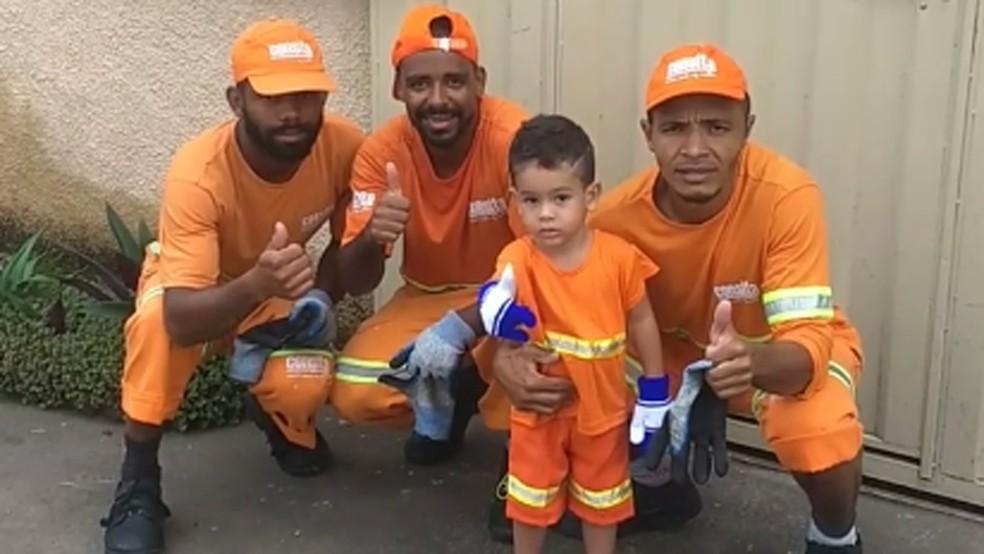 Garotinho 'ajuda' garis na coleta de lixo em BH e viraliza na internet