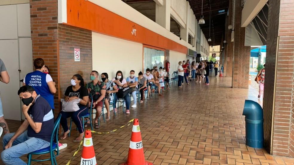 Fila para vacinação de idosos e profissionais de saúde no Via Direta, em Natal. — Foto: Anna Alyne Cunha/Inter TV Cabugi