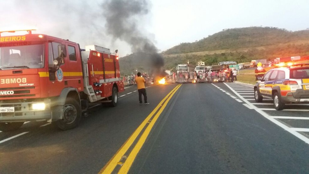 Moradores fecham BR-146 e manifestam após acidente com ônibus de Alagoas (Foto: Corpo de Bombeiros/Divulgação)