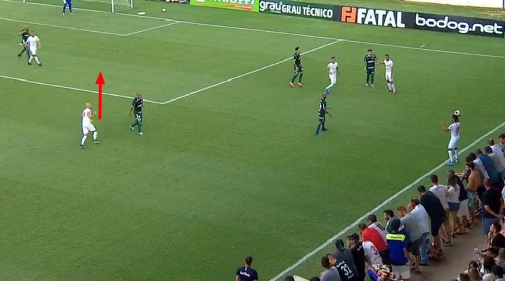 Gabriel Menino permitiu avanço de Uillian Correia no primeiro gol rival — Foto: Reprodução