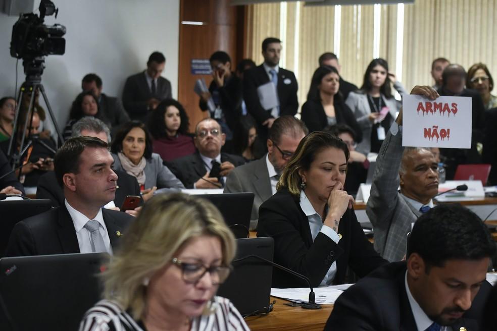 O Deputado Federal, Pastor Sargento Isidório (Avante-BA) segura cartaz contra as armas durante sessão da Comissão de Constituição e Justiça (CCJ) do Senado, em Brasília (DF), nesta quarta-feira (12) — Foto: MATEUS BONOMI/AGIF/ESTADÃO CONTEÚDO