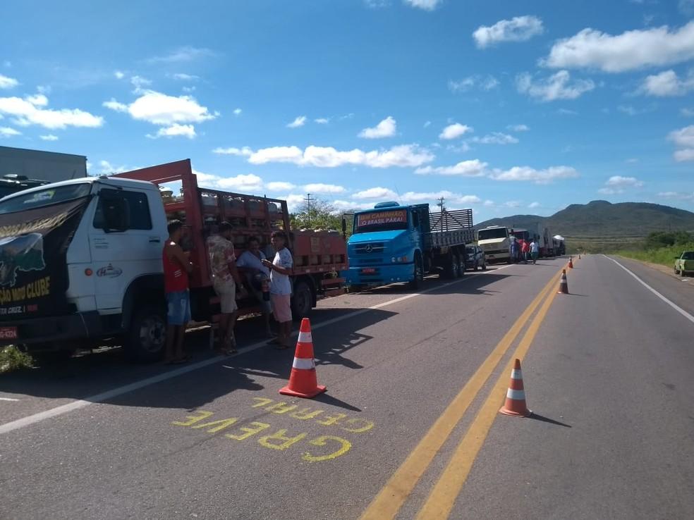 Caminhões seguem parados neste domingo (27), na BR-226, em Santa Cruz, RN. É o sétimo dia de protestos por redução do preço do diesel. (Foto: Édipo Natan)