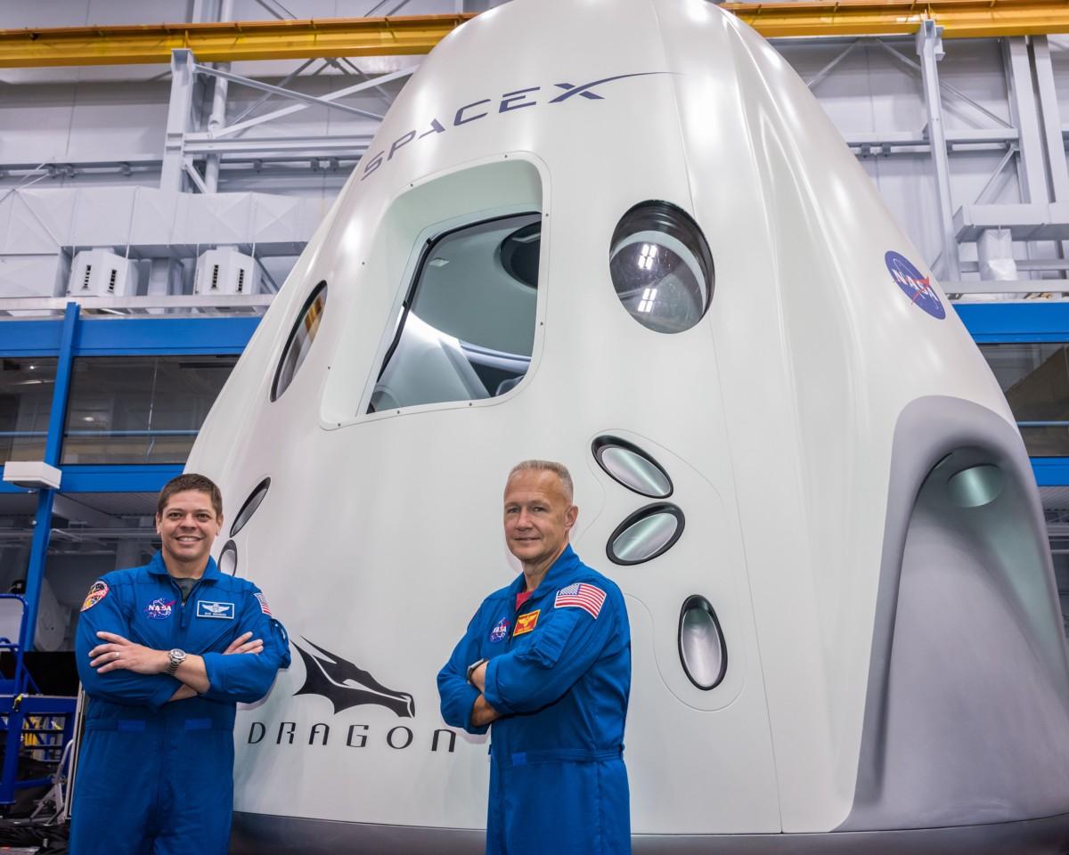Os astronautas Bob Behnken (esq.) e Doug Hurley (dir.) (Foto: Divulgação/NASA)