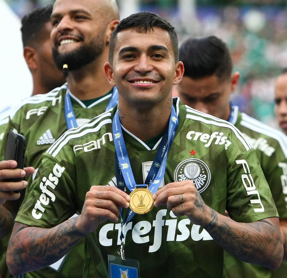 Dudu, do Palmeiras, exibe medalha de campeão brasileiro — Foto: César Greco / Ag. Palmeiras / divulgação