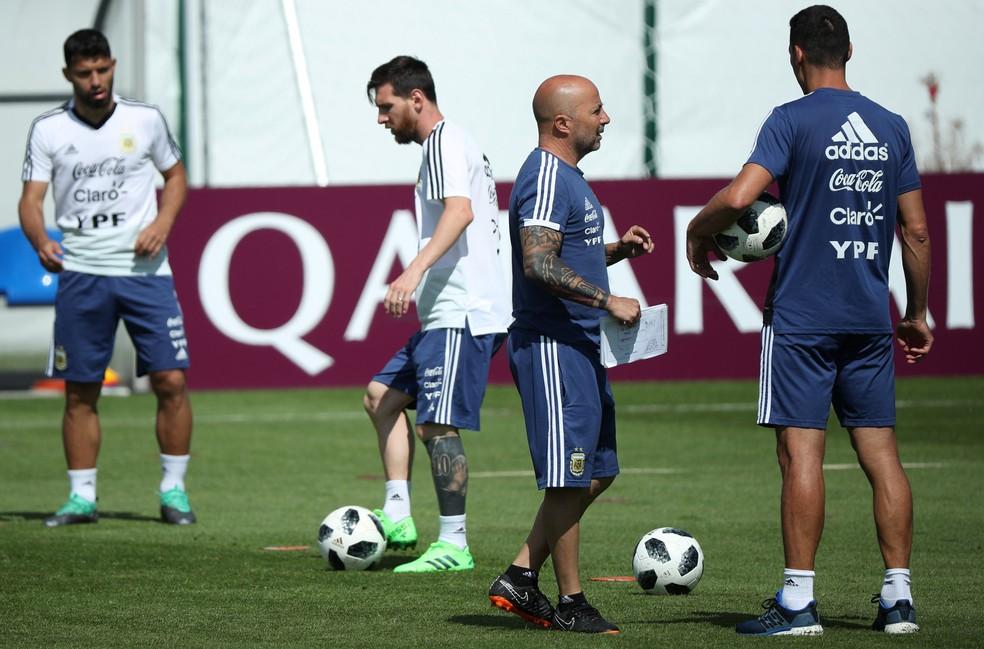 Lionel Messi e Jorge Sampaolli: Argentina precisa vencer a Nigéria e torcer para que a Islândia não vença a Croácia (caso isso aconteça, a definição será no saldo de gols) (Foto: Reuters)