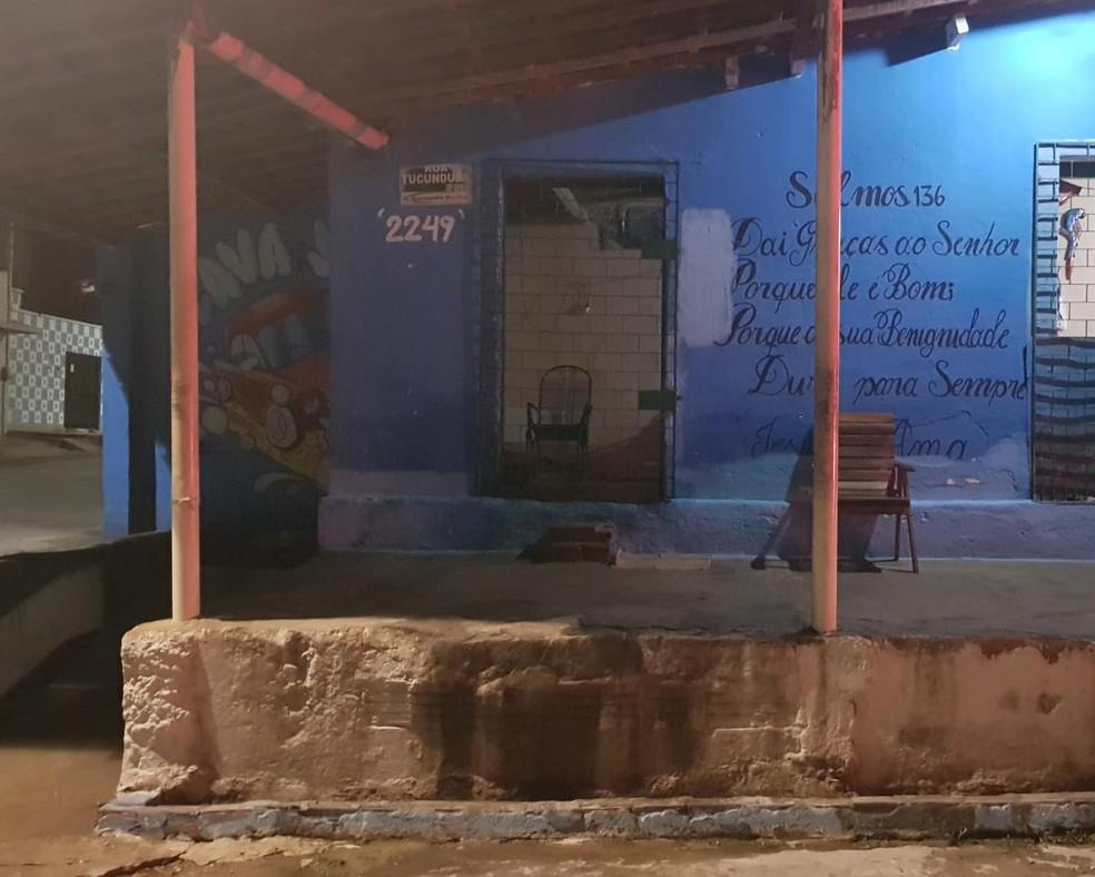 Idoso estava sentado em uma cadeira na calçada da residência onde morava quando foi atingido por tiros. — Foto: Rafaela Duarte/ SVM