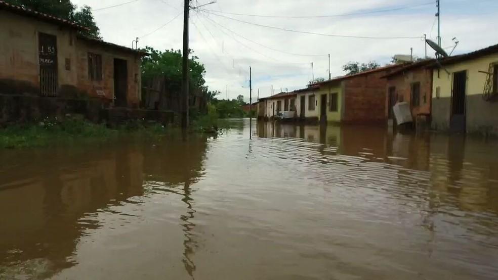 Ruas do bairro Matadouro em Pedreiras (MA) estão completamente alagadas após enchente. (Foto: Alex Barbosa/TV Mirante)