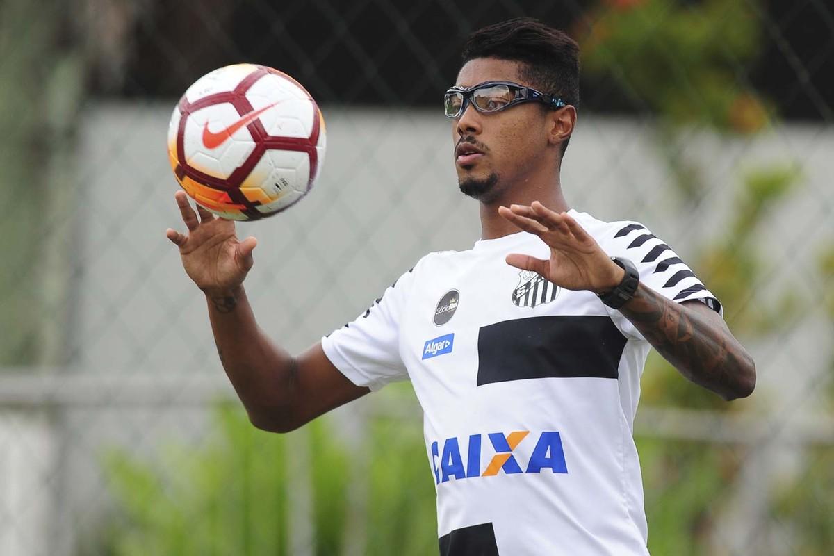 0c904c0496 Bruno Henrique revela insegurança com óculos nos treinos em campo do Santos
