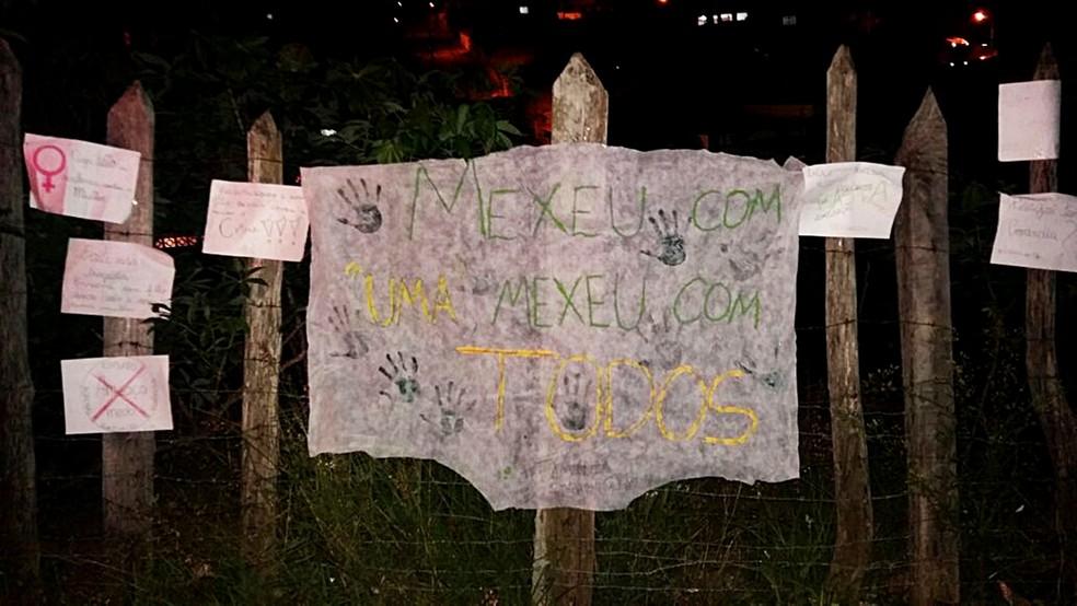 Manifestantes espalharam cartazes na porta da casa de suspeito em Lavras (MG). (Foto: Karina Mascarenhas)