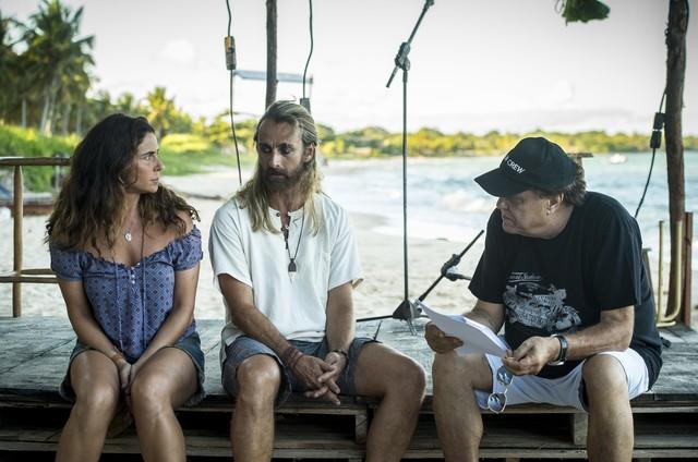 Giovanna Antonelli e André Dias são orientados pelo diretor artístico de 'Segundo Sol', Dennis Carvalho  (Foto: João Cotta/TV Globo)