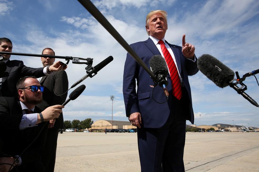 Trump fala à imprensa nesta quinta-feira (26) antes de embarcar no Air Force One, em Maryland — Foto: REUTERS/Jonathan Ernst