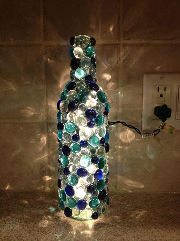 Garrafas decoradas com bolinhas de gude (Foto: Pinterest/Reprodução)
