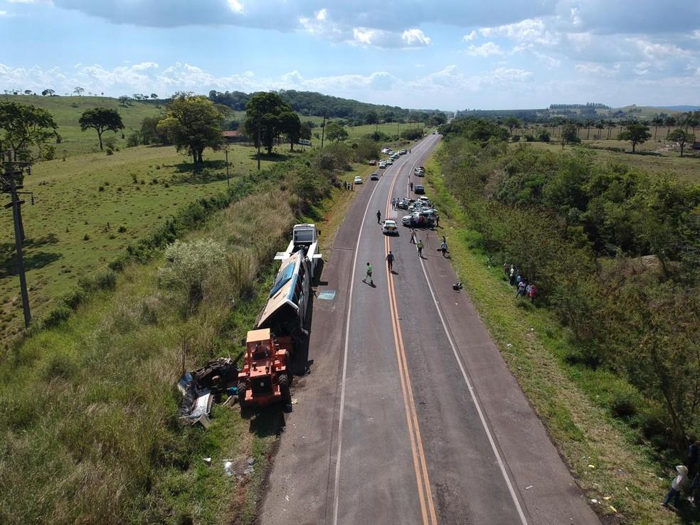 Acidente entre ônibus e caminhão deixou dezenas de mortos em rodovia de Taguaí (SP) — Foto: William Silva/TV TEM