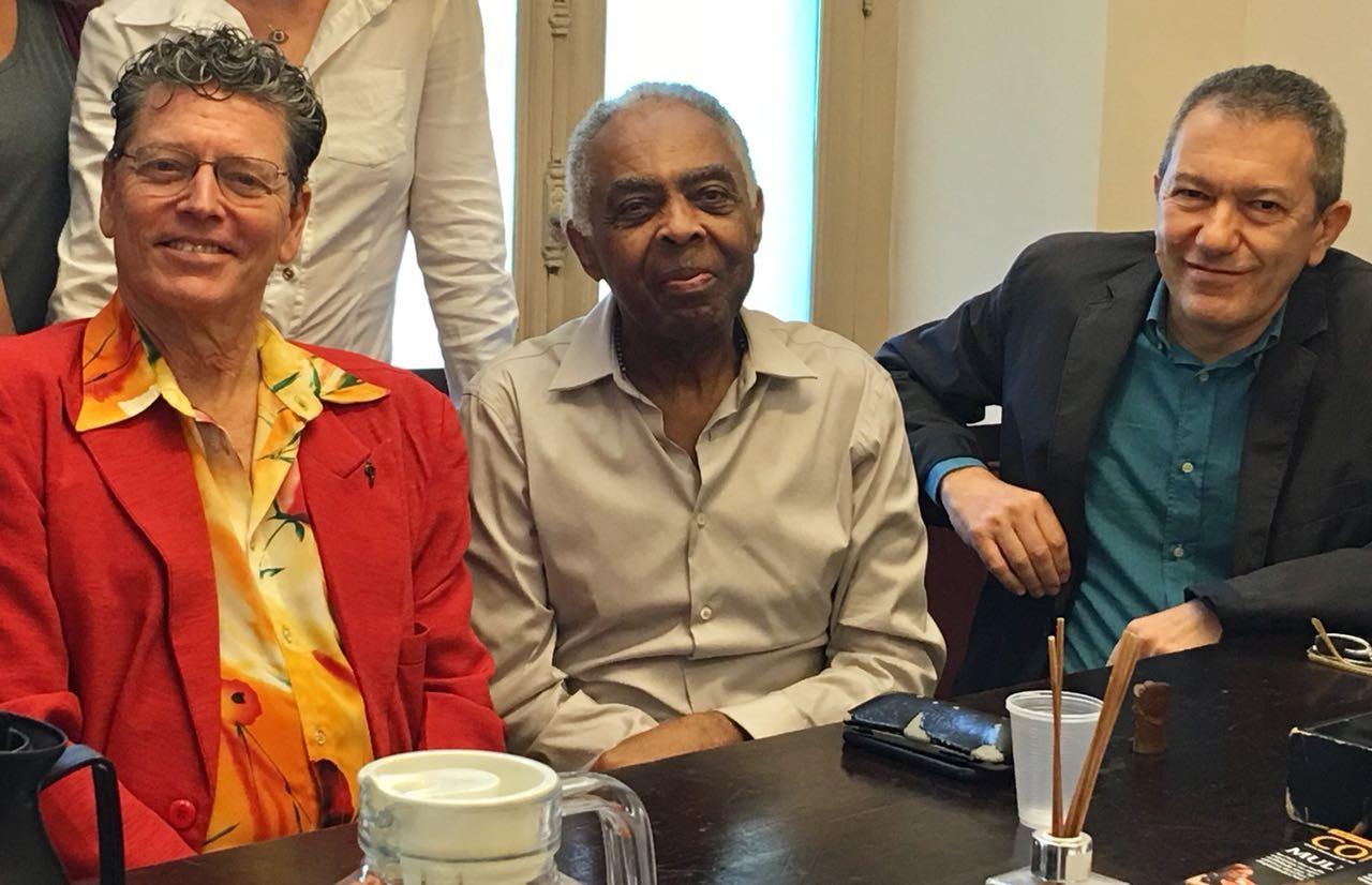 Gilberto Gil, entre Aldo Brizzi (direita), o maestro italiano, e Fernando Bicudo, diretor do Teatro Municipal