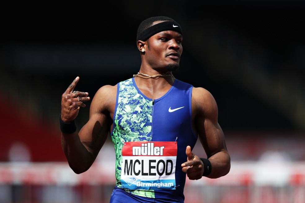 O jamaicano Omar McLeod comemora vitória nos 110m com barreiras em Birmingham — Foto: Naomi Baker/Getty Images