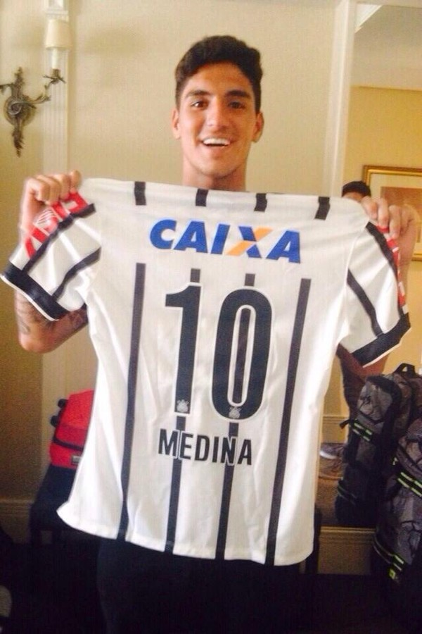 """""""Assim como o Timão, o corinthiano Gabriel Medina também é Bicampeão Mundial! Parabéns!"""", disseram as redes sociais do clube paulista (Foto: reprodução/twitter)"""