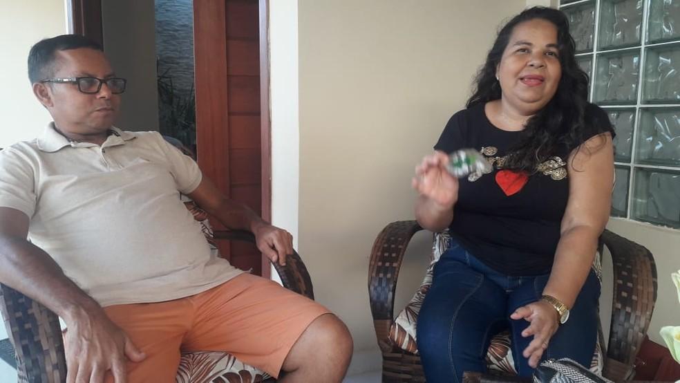Patrícia Grace com o marido: ela só tem o Sirolimo até a próximo sexta-feira (11)  — Foto: Julianne Barreto/Inter TV Cabugi