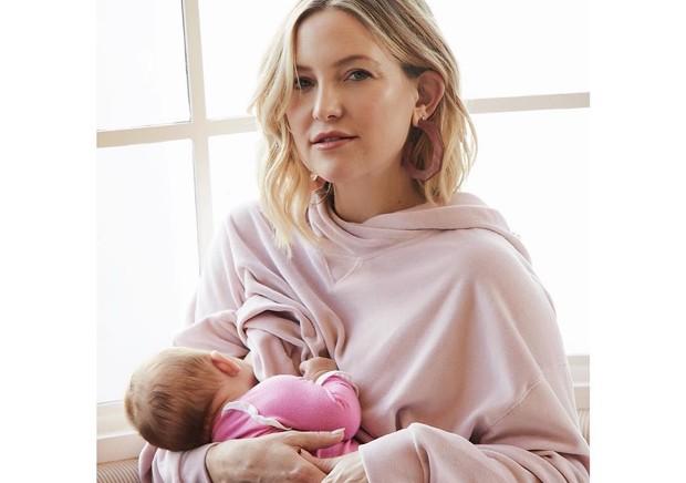 Kate Hudson amamenta a pequena Rani Rose (Foto: Reprodução / Instagram)