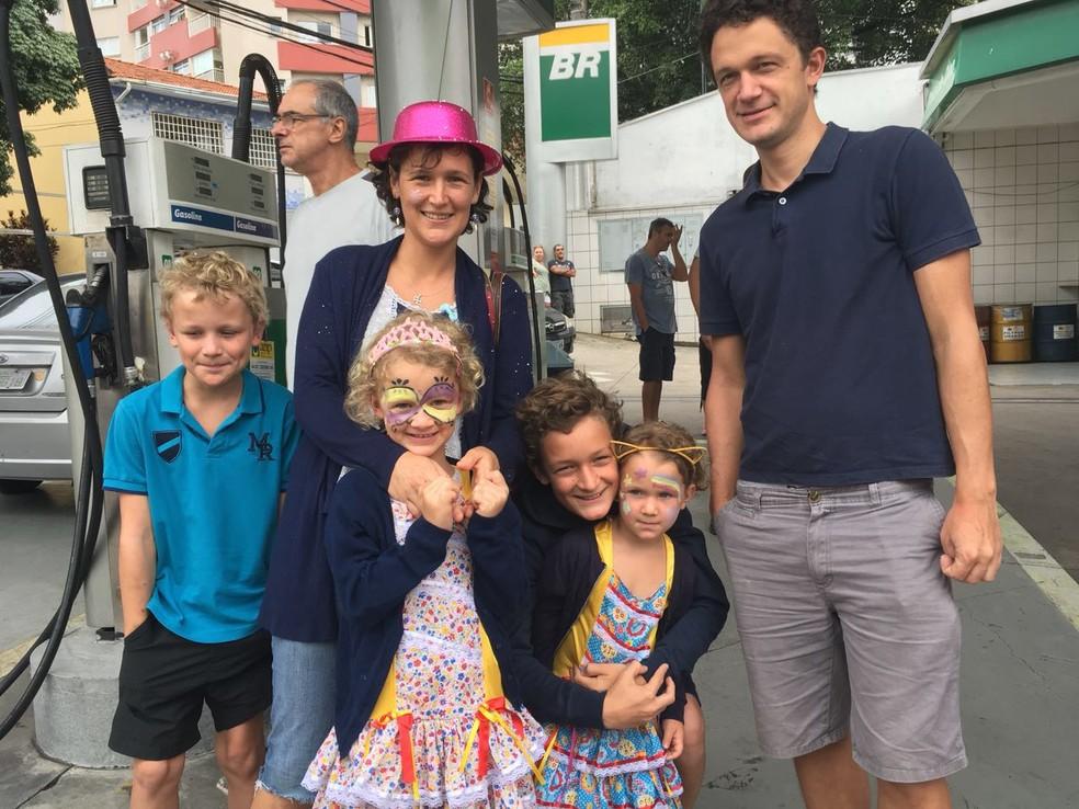 Os pais franceses, Claire e Jean, mostrando o carnaval de SP aos filhos Timothee, Amandine, Martin e Émilie (Foto: Ana Carolina Moreno/G1)