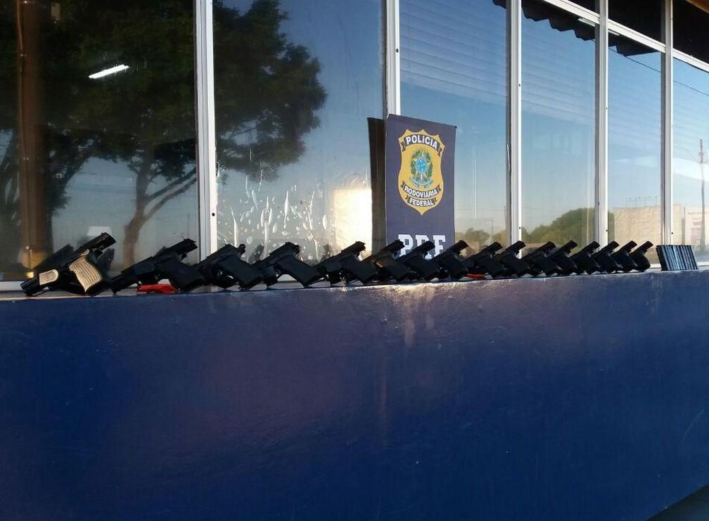 Armas iam ser levadas ao Rio de Janeiro, segundo a PRF (Foto: PRF/Divulgação)
