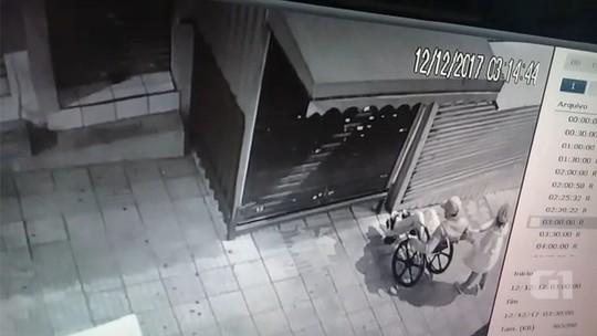 Câmera flagra cadeirante suspeito de arrombar lojas no interior de SP
