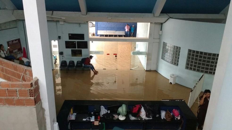 Recepção do HRA, em Caruaru, ficou alagada após chuvas (Foto: Reprodução/WhatsApp)